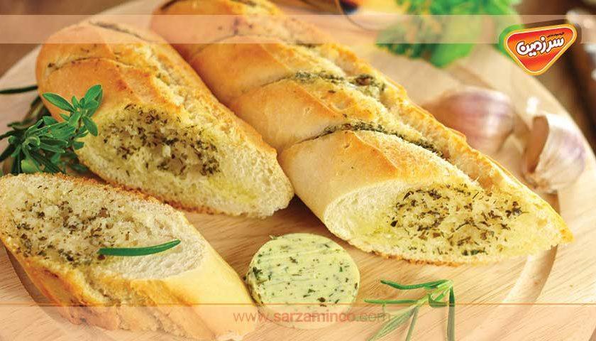 نان سیر پرطرفدار همراه با پنیر و روغن زیتون